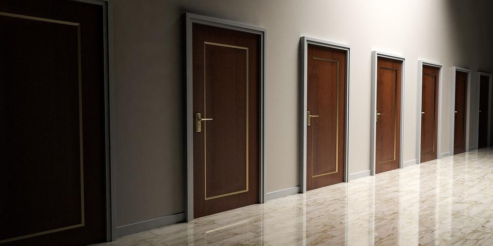 dvere, chodba