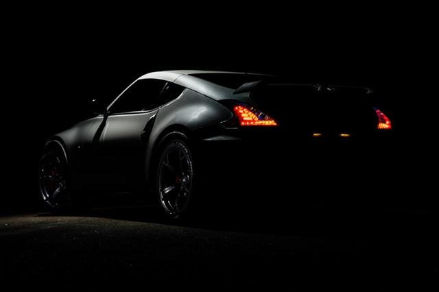 čierne štýlové športové auto