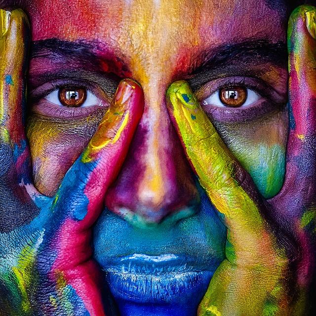 Žena s pomaľovanou tvárou