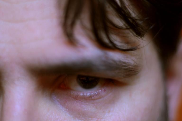 Nahnevaný, vystrašený muž, tvár, pohľad do očí