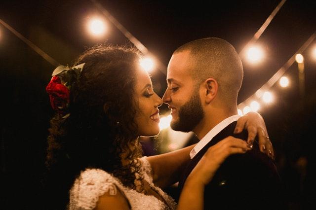 Nevesta a ženích sa bozkávajú pred rozsvieteným srdcom.jpg